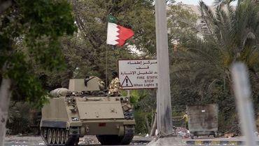Un char bloque une route à Manama