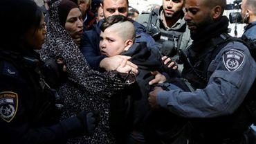 Des policiers israéliens arrêtent un membre de la famille palestinienne Abou Assab, qui proteste contre son éviction de leur maison dans la Vieille ville de Jérusalem-est, le 17 février 2019
