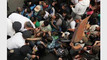 """Des policiers arrêtent des militants du mouvement """"Occupons Wall Street"""", le 1er octobre 2011 sur le pont de Brooklyn, à New York."""