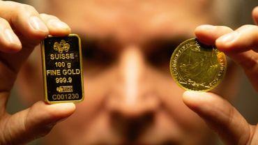 Seamus Fahy, co-fondateur de Merrion Vaults, montre un lingotin suisse et une pièce d'or Britannia, à Dublin le 7 janvier 2019