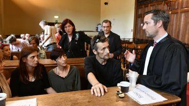 Les parents et famille de la victime avec leur avocat