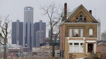 Une maison abandonnée avec, au second plan, le siège de la compagnie General Motors le 24 février 2013 0 Detroit