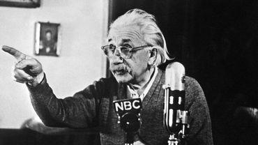 Une lettre manuscrite d'Albert Einstein dans laquelle le physicien met en doute l'existence de Dieu a été vendue mardi à New York 2,89 millions de dollars lors d'enchères organisées par Christie's.