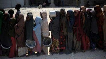 De jeunes Somaliennes font la queue pour recevoir un plat chaud, le 18 août 2011 à Mogadiscio