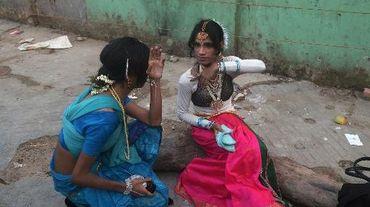 Des danseurs transgenres se maquillent avant un spectacle à Calcutta en Inde, le 30 avril 2013