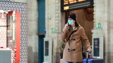 """En Lombardie, les habitants doivent porter le masque ou """"tout autre instrument"""", écharpe, foulard, qui couvre la bouche et le nez."""