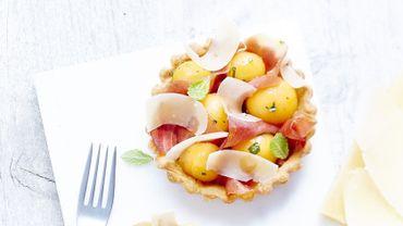 Tartelettes d'été au jambon Serrano, melon et vinaigrette d'orange.