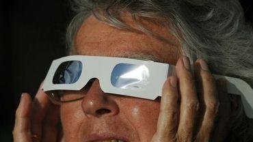 Des milliers de personnes admirent une éclipse totale du soleil