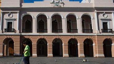 Une femme balaye une rue, le 14 novembre 2013 à San Juan