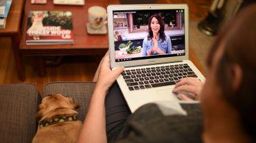 Un internaute regarde une vidéo sur son ordinateur portable.