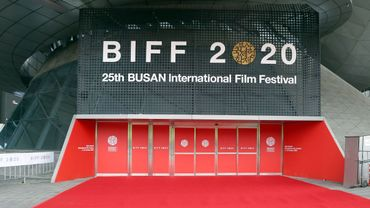 En temps normal, c'est une cohorte de vedettes, de professionnels du monde du cinéma et de fans qui font le voyage dans la ville portuaire du sud de la Corée du Sud pour les 10 jours du festival.
