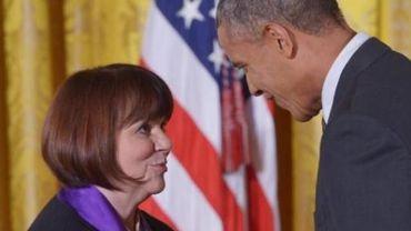 Obama décore la chanteuse Linda Ronstadt, figure des années 70