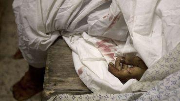 Le corps sans d'un enfant victime des bombardements sur Gaza est enveloppé dans des draps, à la morgue de l'hôpital Shifa