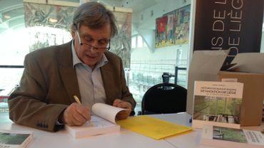 """Marcel Conradt dédicace son ouvrage """"Histoires des bains et bassins de natation de Liège, du 17ème siècle à nos jours"""""""