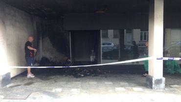 L'entrée d'un immeuble de logements sociaux, à Saint-Josse-ten-Noode, ravagé par les flammes.