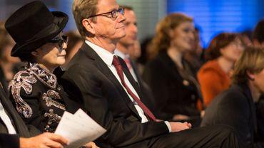 Yolo Ono à côté de Guido Westerwelle lors de la cérémonie de remise du prix Theodor Wanner le 16 octobre 2013