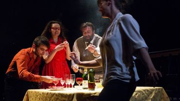 Lara Persain (avant plan), Clément Goethals, Lura Fautré et Thierry Hellin dans 'Tabula rasa' de Violette Pallaro T