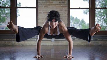 Les séances de yoga Bikram devraient être plus courtes et les encadrants devraient plus encourager les yogis à s'hydrater pour prévenir les coups de chaud.