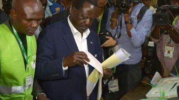Le candidat kényan à l'élection présidentiellle, Raila Odinga, dans un bureau de vote, le 8 août 2017 à Nairobi