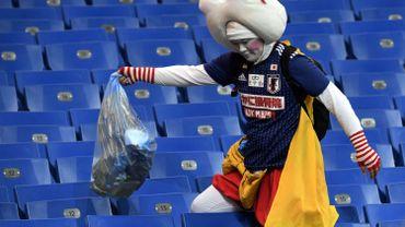 Un supporter japonais nettoie les tribunes du stade de Rostov après la défaite de son équipe contre la Belgique.