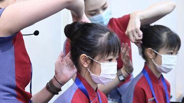 Confrontées à l'effondrement du trafic aérien dû au coronavirus, des compagnies taïwanaises proposent des formations d'hôtesses et stewards pour les enfants.