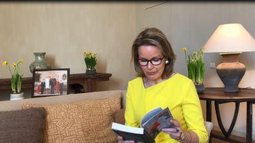 Confinement en Belgique: la reine Mathilde se met en scène pour encourager les jeunes à lire davantage