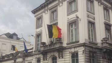 Le drapeau du 16 rue de la loi mis en berne cet après-midi