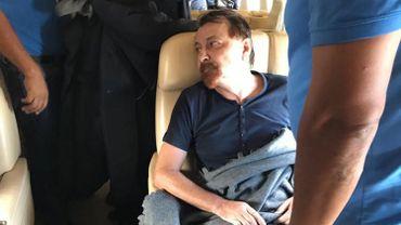 Cesare Battisti dans l'avion qui l'emmène en italie
