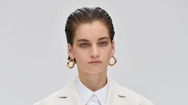 La coiffure à effet mouillé a fait sensation chez Carolina Herrera, où elle est associée à un smokey eye et à un make-up minimaliste.