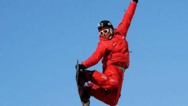 """André Blanc, moniteur de l'ESF (Ecole du ski français), fait du snowboard avec une mini caméra """"Go Pro"""" sur son casque, le 9 mars 2012 à l'Alpe d'Huez."""