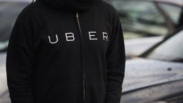 Un chauffeur travaillant pour la plateforme de réservation en ligne Uber, le 9 février 2016 à Paris