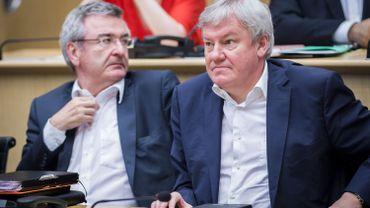 Le ministre Jean-Claude Marcourt (à droite) photographié en compagnie de René Collin, ministre des Sports, le 23 août 2014, lors d'une séance plénière du parlement de la Fédération Wallonie-Bruxelles.