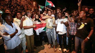Des manifestants soudanais chantent des slogans révolutionnaires à Khartoum, le 11 avril 2019