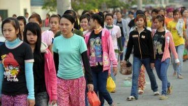 Des ouvrières cambodgiennes marchent vers leurs usines de textile dans la banlieue de Phnom Penh, le 7 mars 2013