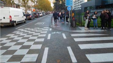 A Mons, les cyclistes doivent parfois partager le trottoir avec les piétons.