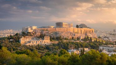 Les spécimens ont été découverts par le Musée d'anthropologie de l'Université d'Athènes dans une cavité du massif d'Apidima, dans le Péloponnèse.