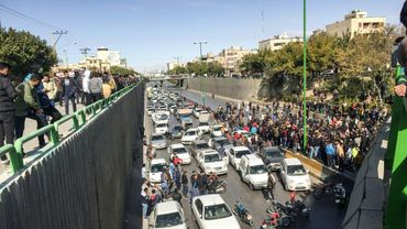 Des manifestants bloquent une route à Ispahan en Iran, le 16 novembre 2019
