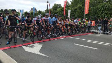 Les coureurs sur la ligne de départ du Bxl Tour ce matin.