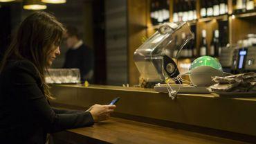 Bientôt un supplément sur l'addition des clients qui chargent leur téléphone dans un bar?