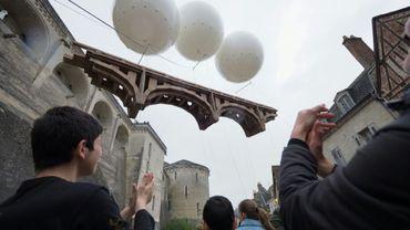 Un pont en carton de 18 mètres de l'artiste marseillais Olivier Grossetête suspendu dans les airs au pied du château d'Amboise, le 18 mai 2019 en Indre-et-Loire