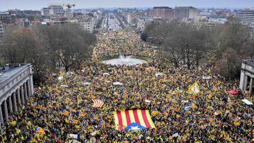 Des milliers de Catalans se sont rassemblés jeudi matin dans le parc du Cinquantenaire, à Bruxelles.