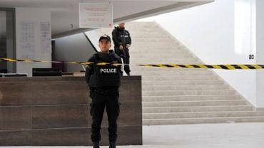 Des policiers gardent l'entrée du musée Bardo de Tunis