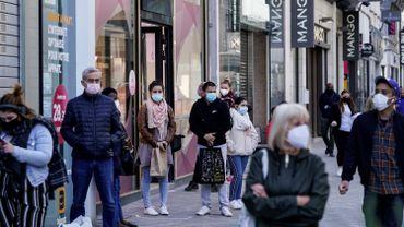 Dès 9h, des files d'attente se sont formées devant plusieurs enseignes de vêtements et d'articles sportifs de la rue Neuve.