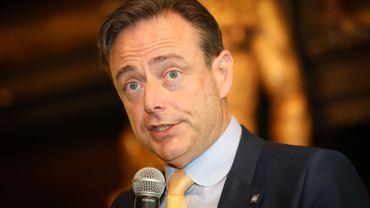 """Bart De Wever envoie publiquement un journaliste du Standaard au bûcher: """"scandaleux""""!"""