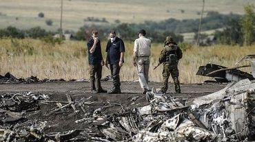 Des enquêteurs inspectent le site du crash du vol MH17, le 25 juillet 2014, près du village de Hrabove, à 80 km à l'est de Donetsk