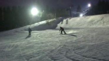 Baraque de Fraiture: skier en soirée sur une piste éclairée