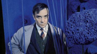 """Yves Klein entouré par ses """"sculptures éponges"""" pendant le vernissage de l'exposition """"Monochrome und Feuer"""" (""""Monochrome et Feu"""") au musée Haus Lange (Krefeld, Allemagne), en 1961."""