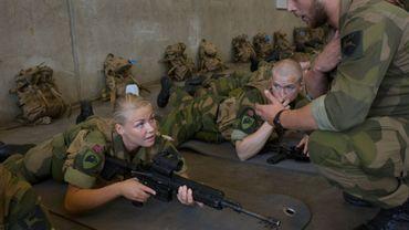Une conscrite de l'armée norvégienne lors d'un entraînement à Setermoen dans le nord de la Norvège le 11 août 2016