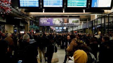 Des usagers à la gare Montparnasse, le 4 décembre 2019 à Paris, à la veille d'une grève nationale sur la réforme des retraites