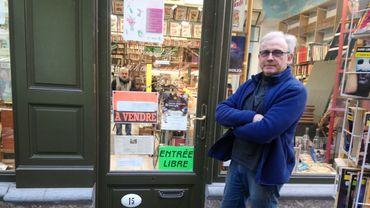 Etienne Grandchamps devant sa librairie Fafouille au passage de la Bourse.